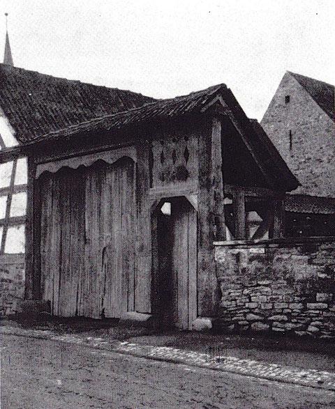 """Toreingang mit überdachter Pforte. Auf dem """"Eselsrücken"""" die Inschrift: """"Anno domini 1808"""""""