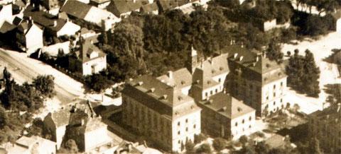 """Das Landgericht, dahinter die Rüfferstraße, die Barthels-Villa und der Grüngürtel mit Stadtmauer, der leider dem """"Horten"""" (heute Kaufhof mit Parkhaus) weichen musste - quer dazu verlaufend von unten nach oben Luitpoldstraße und Jägersbrunnen"""
