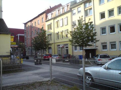 Das gelbe Haus ist die Sattlerstraße 3 im Jahr 2013