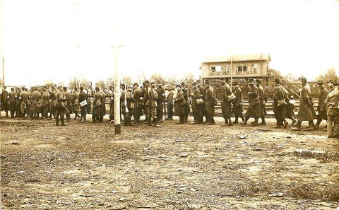 Gefangene französische Soldaten in Schweinfurt - Anstehen zur Essensausgabe - Ende 1914