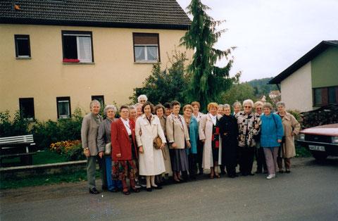 """1994, 50-Jahrestreffen Kinderlandverschickung Burgpreppach """"Klassentreffen"""" - ganz links Dorothea Tröster"""