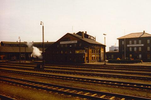 BW Schweinfurt - Lokschuppen und Verwaltungsgebäude, aufgenommen vom Bahnsteig zwischen Gleis 7 und 8