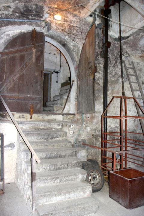 Der Eingang zum Gewölbekeller - dahinter der Kellerabgang vom Erdgeschoß