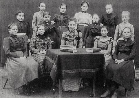 """""""Fräulein Devidé"""" inmitten ihrer Schülerinnen der 4. Klasse 1900/1901"""