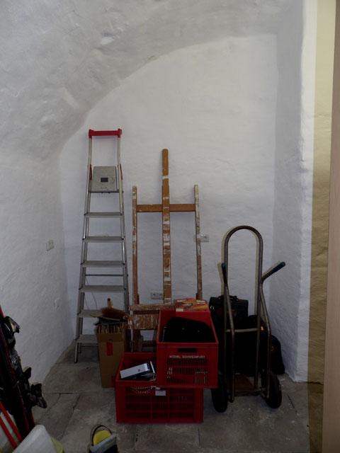 gleich rechts ein kleines Seitengewölbe, das einst in den Keller der Judengasse 13 führte