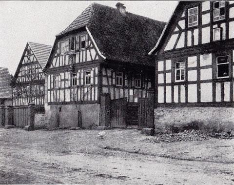Haus Nr. 22 und 23 - Fachwerkhäuser, errichtet in den Jahren 1822 und 1829. Das Dach springt längs der Hoffront, einen gedeckten Gang längs des Hauses bildend, 1 Meter weit über die Gebäudewand hervor