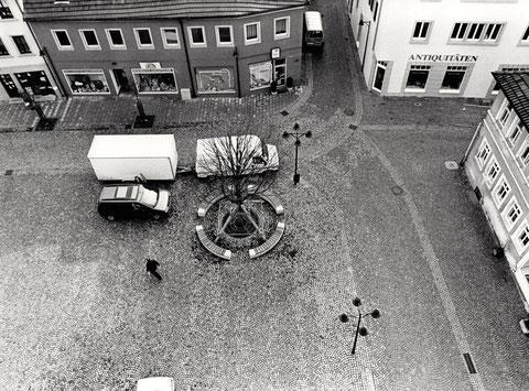Blick vom Rathausdach hinter das Rathaus mit Metzgergasse - da gab's noch ein Antiquitätengeschäft (vorher Käse-Kress)