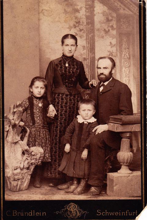 Paul Voigt als kleiner Junge mit Schwester und Eltern - ca. 1901