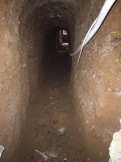 Durchgang zum Keller des Alten Gymnasiums, der evtl. erst im Zweiten Weltkrieg (1943) gegraben wurde, als der Keller auch als Luftschutzkeller genutzt wurde