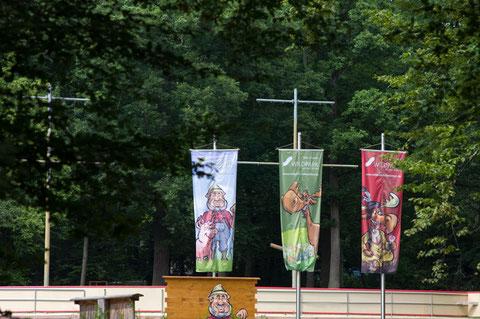 Fahnen im Schweinfurter Wildpark