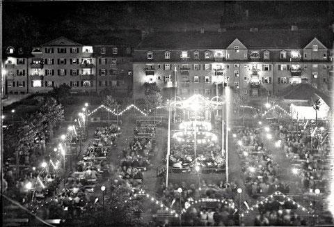 "Kiliani-Kirchweih-Fest im ""Eisenbahner-Wohnblock"" neben der Kilianskirche um 1930"