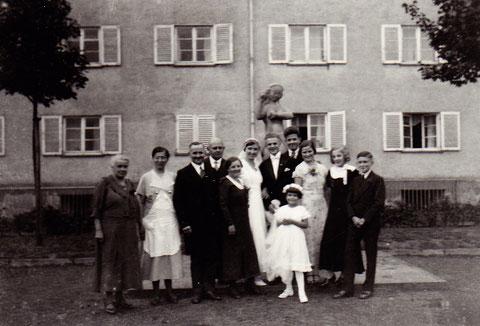Im Innenhof des Wohnblocks Kilian-Göbel-Straße - ca. 1933/34