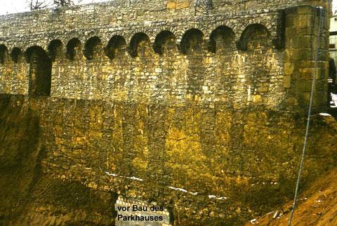 Die Stadtmauerinnenseite vor dem Bau des ehemaligen Parkhauses Hadergasse Foto: Peter Hösel