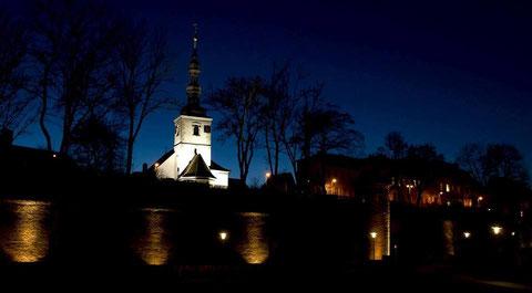 Die Salvatorkirche hinter der beleuchteten Stadtmauer am Abend Januar 2014 - Foto: Florian Dittert