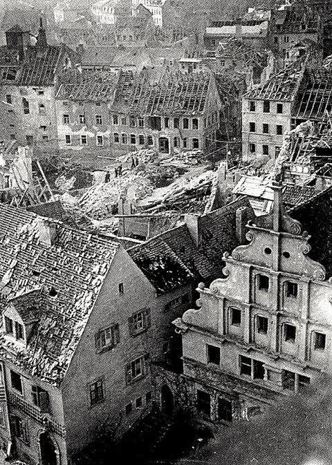 Im Vordergrund das Alte Gymnasium , hinten die zerstörten Häuser am Graben nach Bombardement im Zweiten Weltkrieg