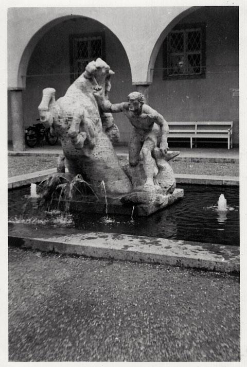 Der Brunnen vor dem Ernst-Sachs-bad (heute Kunsthalle) in den 1930ern