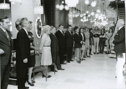 Oberbürgermeister Georg Wichtermann (rechts im Bild)  bei Neueröffnung der Fa. Bechert