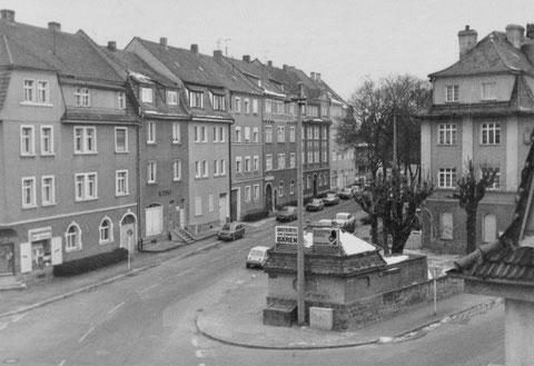 """Friedhofstraße mit """"Schwarzer Bär"""" 1974, links Bäckerei Senft, daneben Laden Vogt"""
