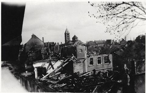 Blick über das zerbombte Lebküchnerhaus in der Neutorstraße, nach dem Bombardement am 27.04.1944 fotografiert von Haus Nr. 2