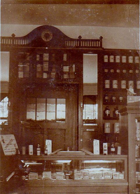 In der Adler-Apotheke um 1890