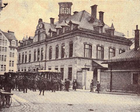 Das alte Postgebäude wurde 1966 abgebrochen - links hinten noch das Kaufhaus Kroneneck, zuvor Tietz
