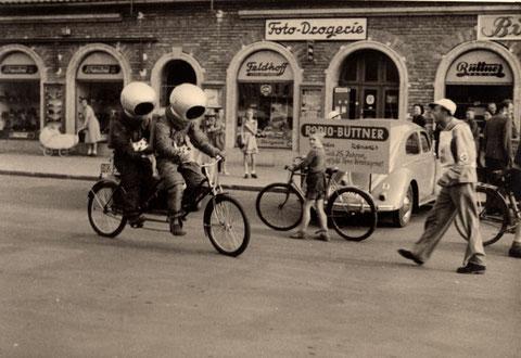 """Reklame-Fahrradfahrer am Roßmarkt Anfang der 1950er für den Film """"Endstation Mond"""" im Luli-Kino"""