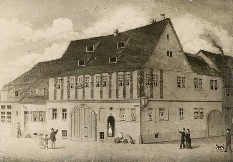 Apostelhaus. Elternhaus von Georg Ehmigs Mutter, spätere Schirmer (die Frau in der Tür) Neben dem Apostelhaus Eingang zu Steuerleins Schlosserei, Nikl Steuerlein