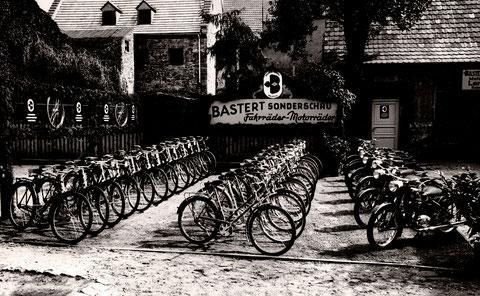Im Innenhof am Bauschenturm Anfang der 1950er Jahre eine Ausstellung des Fahrradherstellers Bastert. Diese Firma war 1914 in Bielefeld gegründet worden. Das letzte Zweirad wurde imJahr 1956 hergestellt. Kurz danach ging die Firma in Insolvenz.