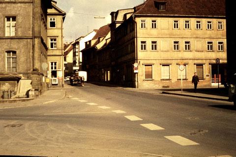 rechts das einstige Hotel Deutsches Haus - wegen Straßenausbau abgerissen, ebenso die Gebäude links - ca 1959