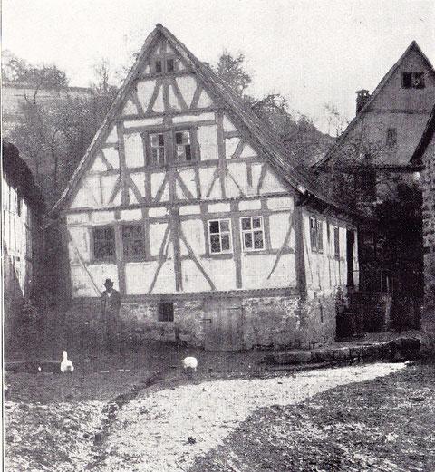 Altes Rathaus - Teilweise geschnitztes Fachwerk erbaut im Jahre 1594. Im Untergeschoss entspringt eine Quelle