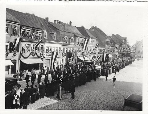 Kurz nach der Machtergreifung durch die Nationalsozialisten1933/1934 auf dem Kornmarkt