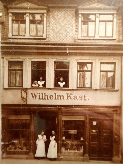 Spitalstraße 19 - Metzgerei Kast - 1912 - links oben im Fenster Mariechen Kast, spätere Gößwein (Wirtin der Weinstube) - Danke an Frau Christel Feyh