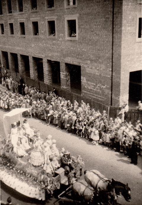 1959 - Umzug vor dem Rohbau des neuen Rathauses