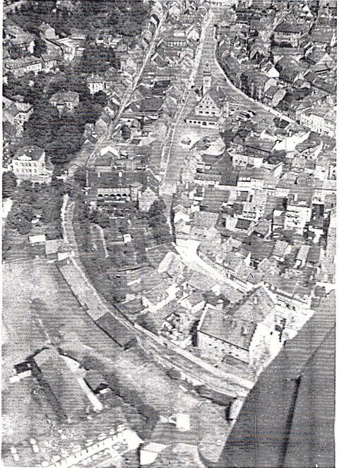 Schöne Ansicht (leider schlechte Qualität) - zu sehen die Stadtmauer vor 1943 - der Schweinehirtenturm (Höpperles-Turm) steht noch, ebnso das Lebküchnerhaus und die Feuerwehr am Zeughaus