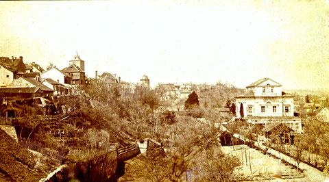Dieses Foto zeigt den Oberen Wall zu einer Zeit, als auch das Obertor noch stand, das deutlich auf dem Foto zu sehen ist. Entlang dem alten Graben ziehen sich noch die Gärten, die überall an der Stadtmauer angelegt waren - bitte vergrößern!