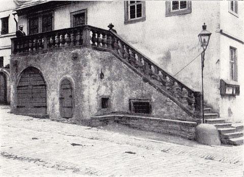 Freitreppe am Rathaus - Steintreppe mit Steingeländer und zwei steinernen Wasserspeiern (Tigerköpfe), Pranger mit Halseisen. Anno 1737