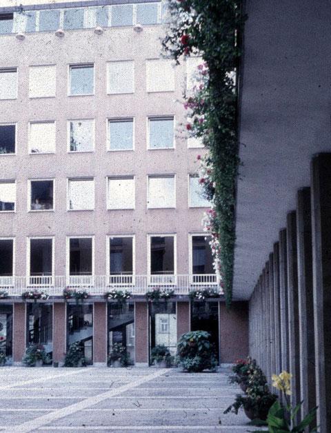 Im Rathausinnenhof - der Anbau war damals nagelneu...!!!