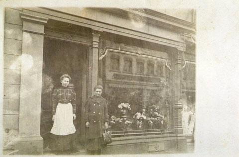 Blumengeschäft Spitalstraße 11 - in der Türe Babette Schirmer,die Frau mit der weißen Schürze., geb. Grimmer (4.3.1888). Der Blumenladen gehörte zur Gärtnerei Rapp. Foto zwischen 1902 und 1910