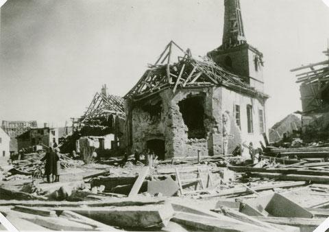 Die evangelische Kirche in Sennfeld nach einem Bombenangriff im Zweiten Weltkrieg