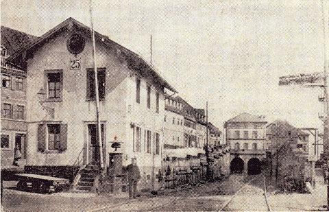 Das Bahnwärterhäuschen mit Bahnwärter Braun; rechts die eiserne Feuertreppe des Spinnmühlgebäudes
