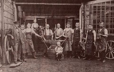 Fischer-Schmiede Hadergasse 10 - 1924 -  links Joseph Fischer daneben Georg Fischer (Sohn) auf Pferd Sohn Hans