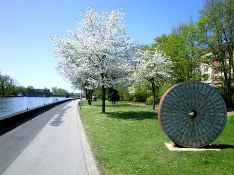 Frühjahrsblüte auf der Gutermann-Promenade, gesäumt mit Kunstwerken und sonstigen Sehenswürdigkeiten
