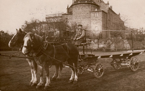 Lieferwagen der Brauerei Wagner vor dem Saalbau