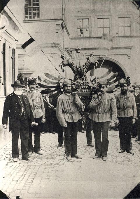 1897 - Die Schützengesellschaft beging das Jubiläum des 100-jährigen Vogelschusses. Vogelkönig wurde Bürgermeister Hofrat Carl Ritter v. Schultes (Personen von links: Andreas Kraus, Gustav Kirchner, Photograph Anton Schaller)