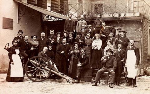 bitte durch Anklicken vergrößern! Schlachtschüssel 1909 Vierte Person von links könnte Frau Betty Höpflinger sein, Ehefrau von Ernst Sachs und Mutter von Willy Sachs, dritter von rechts Karl Fichtel?