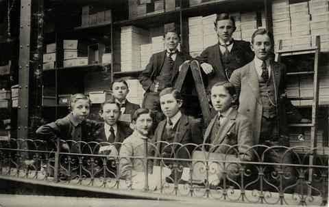 Lehrlinge bei Adam von Berg, Schuhgeschäft in der Brückenstraße, in den 1920ern