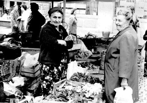 Auf dem Marktplatz bei Einmündung der Kesslergasse im Jahr 1956. Marktfrau mit Kundin. - Danke an Wilhelm Hobner