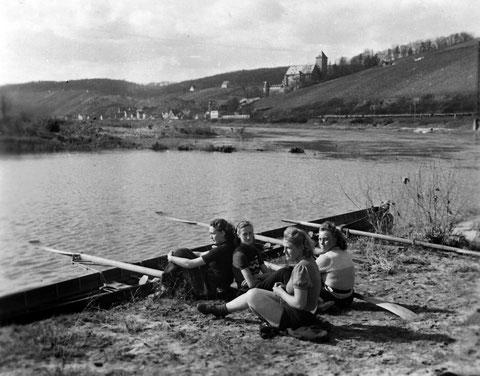 1942 auf Wanderfahrt bei Mainberg - die Damen des Ruderclubs