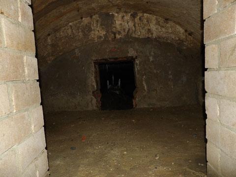 Blick zum engen Durchstieg in den Gewolbekeller unter dem Krämer'schen Haus