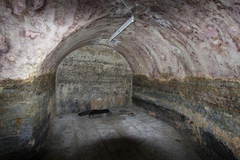 Blick auf das Ende des Gewölbekellers mit Brunnen